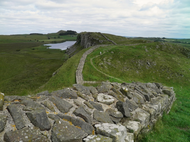 Hadrian Wall, heading to Milecastle 39 and first glimpse of Highshield Crags and Crag Lough © Carole Raddato