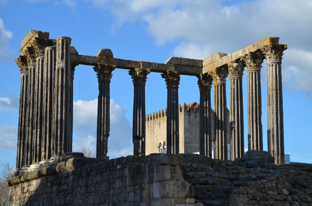 The Roman Temple of Évora, detail of columns, capitals and architrave © Carole Raddato