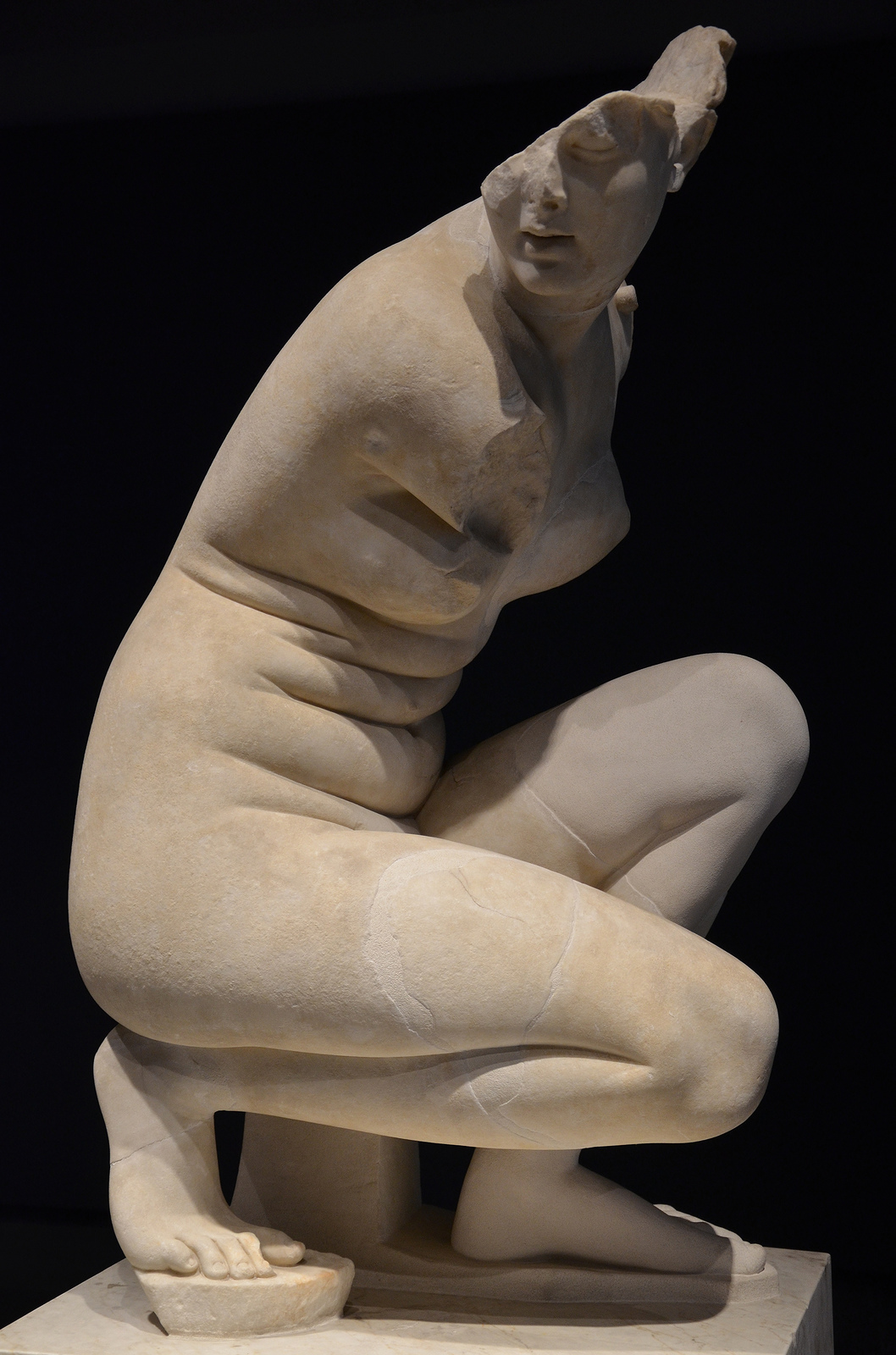 Art and sculptures from Hadrian's Villa: Marble statue of a crouching Aphrodite