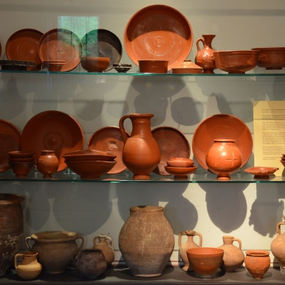 Terra sigillata ware displayed in the culina (kitchen), Pompeiianum, Aschaffenburg, Germany © Carole Raddato