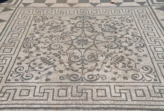 Black and white mosaic with geometric and floral motifs, Hospitalia, Hadrian's Villa © Carole Raddato