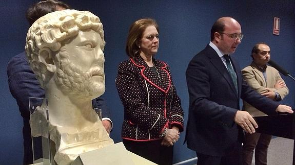 The counselor Sanchez presents the bust found in Yecla © Vicente Vicéns