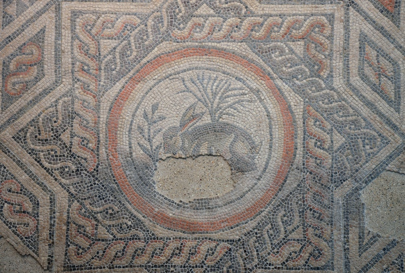 Hare Mosaic (detail of central roundel), 4th century AD, Corinium Museum (Cirencester) Carole Raddato CC BY-SA