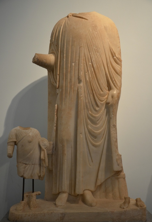 Statue of a Governor wearing the chlamys (cloak) with two children, found in the Hadrianic Baths, 5th century AD, Aphrodisias Museum Carole Raddato CC BY-SA