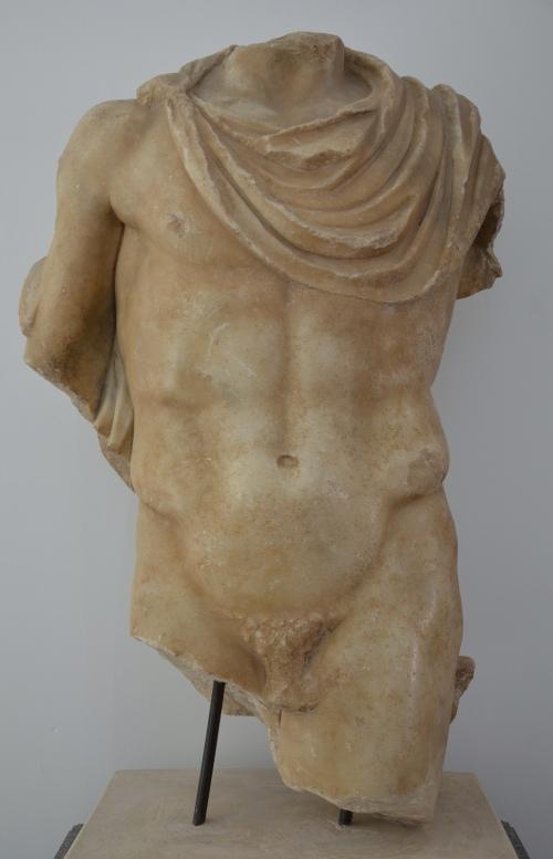 Heroic male torso wearing a chlamys, 2nd century AD, Aphrodisias Museum Carole Raddato CC BY-SA
