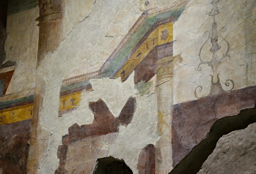 Detail of fresco on the right-hand wall of the tablinum.