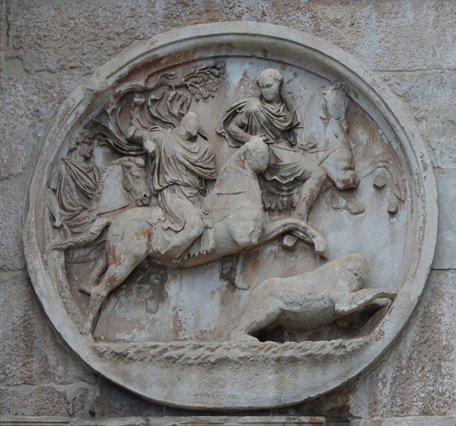 Hadrianic roundel (tondo) on the Arch of Constantine depicting a bear hunt. Photo © Carole Raddato.
