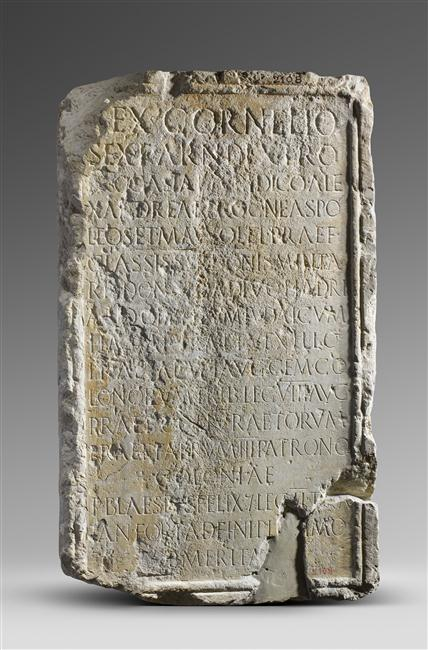 Inscription in honour of Sextus Cornelius Dexter, prefect of the Syrian fleet (praefectus classis Syriacae). He was honored by Hadrian during the Jewish Revolt (CIL VIII 8934). Photo © Musée du Louvre, Dist. RMN-Grand Palais / Hervé Lewandowski